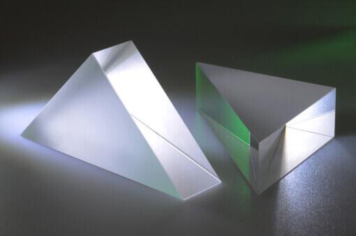 Ein stehendes rechteckprisma und ein liegendes 90° Prisma